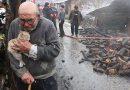 Yürek Sızlatan Fotoğraf: Yangında Kül Olan Evini Gözyaşları İçinde ve Kedisine Sarılarak İzleyen Ali Amca